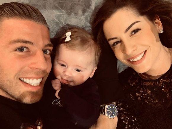Toby Alderweireld met zijn dochtertje Ayla en vrouw Shani.