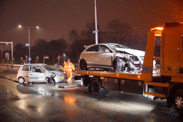 Allebei de auto's raakten zwaar beschadigd bij het ongeluk op de IJpenbroekseweg in Nijmegen.