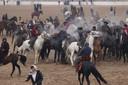 Afghaanse volkssport: Buzkashi. ,,Heel leuk om te zien. Op paarden moeten de deelnemers een zware zak - oorspronkelijk een geit - in een cirkel zien te krijgen.''