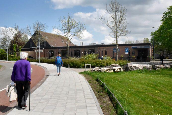 De horeca aan de Houttuinlaan met links restaurant Bregje en de bowling en rechts restaurant Heinde & Ver.