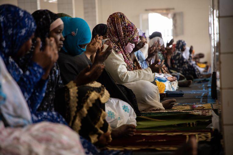 Een vrouw draagt een mondmasker tijdens het vrijdaggebed in een moskee in Ouagadougou, de hoofdstad van Burkina Faso. Beeld AFP