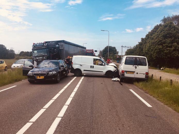 Een botsing tussen vier voertuigen zorgt ervoor dat de Hessenweg geblokkeerd is.