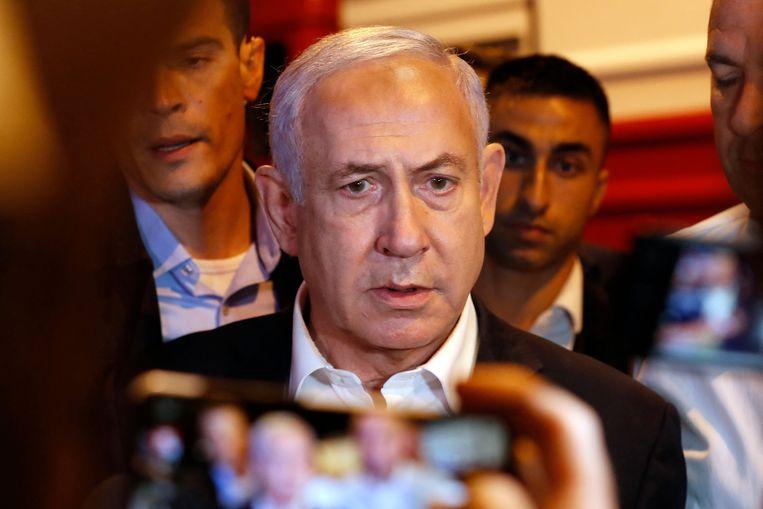 De Israëlische premier Benjamin Netanyahu dinsdagavond tijdens een bezoek aan de stad Lod, waar grote ongeregeldheden plaatsvonden. De plaatselijke politie beschuldigde Arabische inwoners van de stad ervan grootschalige rellen te veroorzaken. Beeld AFP