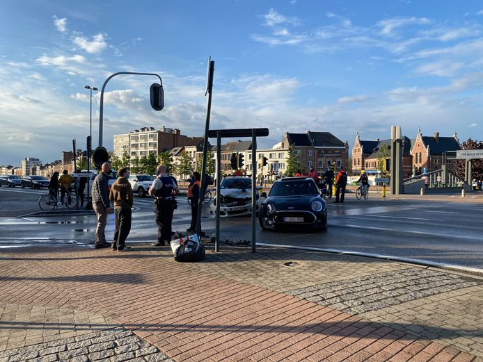 MECHELEN - Door het ongeval werd het kruispunt van de Keizerstraat met het Hoogstratenplein in Mechelen gedeeltelijk afgesloten voor het verkeer.