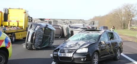 Autorijders filmen ravage na ongeval op A1 bij Holten, politie roept op: doe het niet!