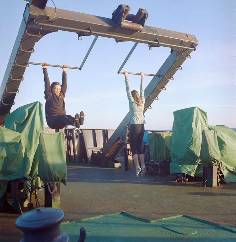 Activisten Harriet en Xyra werken aan hun conditie op het achterdek van de MY Sam Simon. Beeld Jules Emile