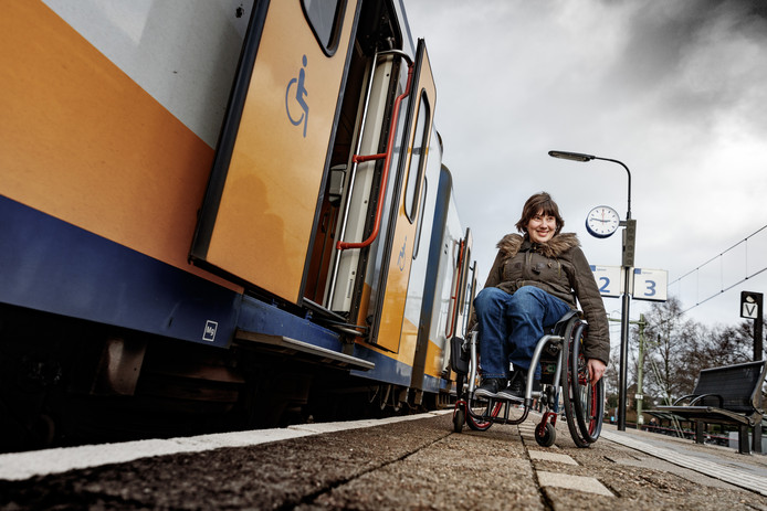 Jessica valt uit rolstoel door scheve tegels station for Tegels bodegraven