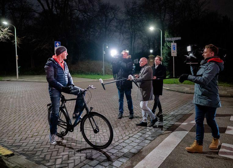 Premier Mark Rutte verlaat het Catshuis na afloop van de tweede sessie over de toeslagenaffaire vorige week.  Beeld ANP