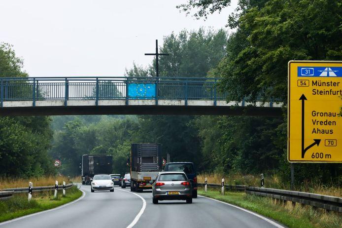 Een metershoog kruis op een viaduct vlakbij de grensovergang