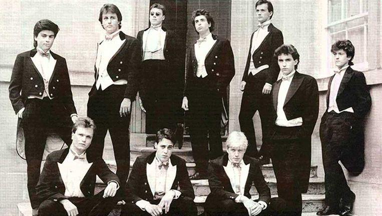 Ex-premier David Cameron (boven, tweede van links) en Boris Johnson (rechtsonder) samen op een foto van de  Bullingdon Club, een eliteclub aan de universiteit van Oxford. Beeld rv