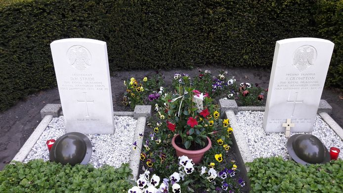 De twee oorlogsgraven in Mariahout.