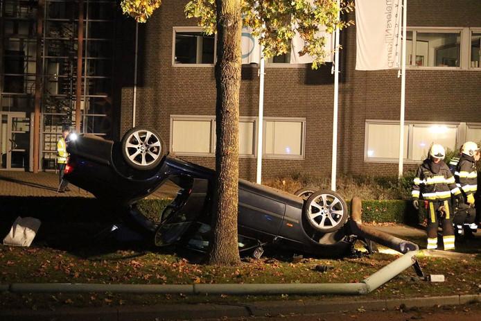 De auto kwam ondersteboven naast de weg terecht, waarna de inzittenden zich uit de voeten maakten.