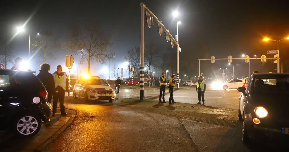 Chaos op kruispunt in Tiel: vijf auto's beschadigd bij twee ongelukken.