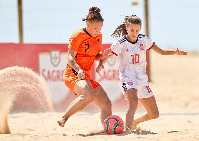 Sylvana Tieleman in actie tegen Spanje op het Women's Euro Beach Soccer League in Portugal
