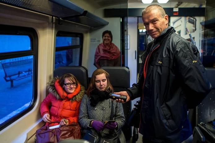 """Het boemeltje tussen Kampen en Zwolle blijft in elk geval nog drie jaar rijden. Dat vindt conducteur Martin mooi nieuws. """"De spoorwegen zijn al veel van dit soort regionale knusse lijntjes kwijt geraakt.""""foto Frans Paalman"""