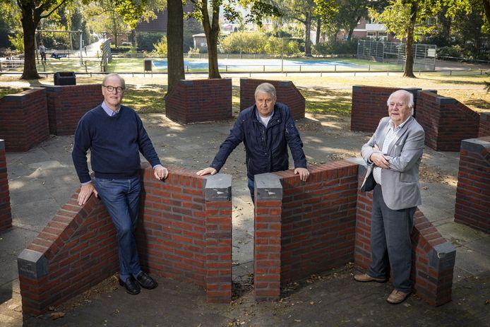 Wim Gaalman, Felix Nijland en Jan olde Kalter (vlnr) zijn erin geslaagd om de benodigde euro's binnen te halen voor de afbouw van de muziekkoepel in het Park Stakenkamp. Komende zomer wordt daarmee een begin gemaakt. 'We hebben er zin in.'