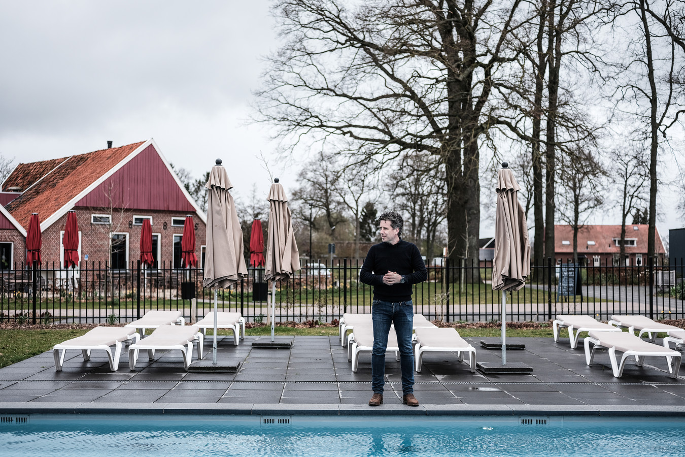 Hendrik Jan Mensink van camping Twee Bruggen in Winterswijk tijdens Pasen. Toen aan een verlaten verwarmd zwembad met lege stoelen.
