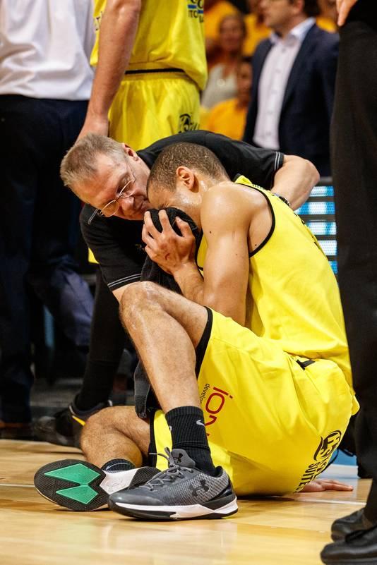 Deux points seulement pour le MVP de la saison. Mais il s'est fait casser le nez en début de match!