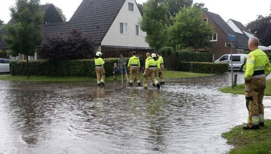 De brandweer kwam naar Haaren om water weg te pompen uit huizen.