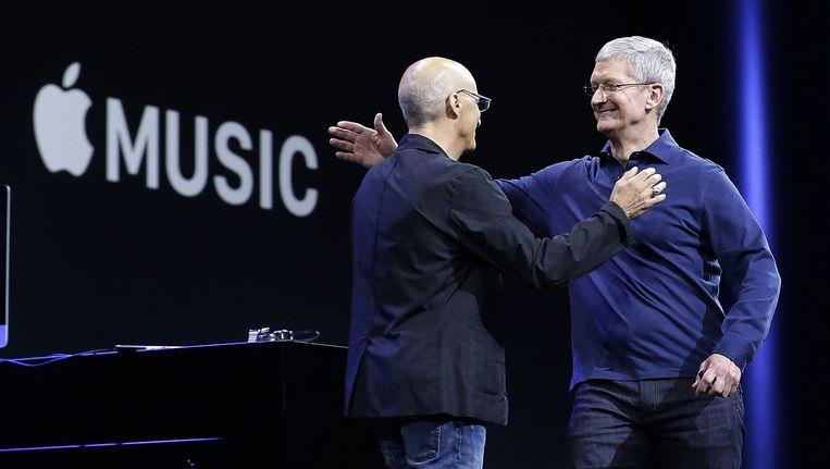 Apple-CEO Tim Cook (rechts) na de lancering van Apple Music. De dienst werd onder vuur genomen door Taylor Swift. Beeld AP