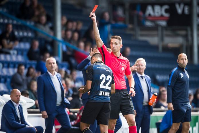 Atakan Akkaynak krijgt een rode kaart in de wedstrijd tegen De Graafschap.