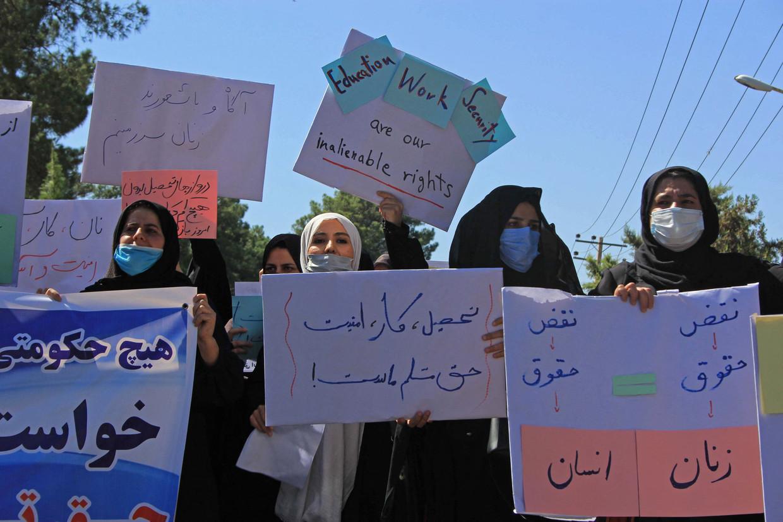 In Herat gingen zo'n vijftig vrouwen de straat op. Ze zeiden de burka te accepteren als dat zou betekenen dat hun dochters naar school kunnen.   Beeld AFP