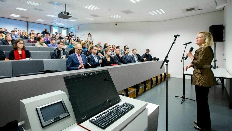 Minister Jet Bussemaker vorig jaar in een collegezaal van Windesheim Flevoland. Ze sprak daar over het leenstelsel. Beeld Anp
