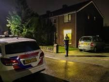 Politie doet onderzoek bij woning in Dieren, ruit vernield