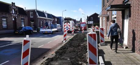 Oplettende wielerfan voorkomt aanplant bomen in finishstraat Daags na de Tour