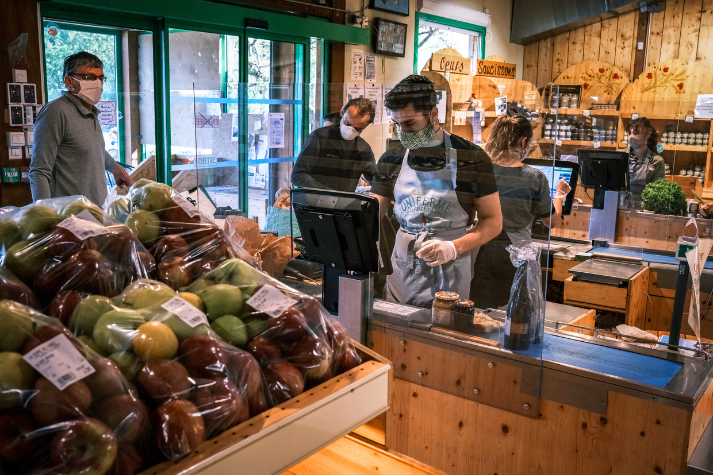 Vanaf volgend jaar zullen appels niet meer in plastic verpakt mogen worden in Franse winkels. In Belgische winkels gebeurt dat al vaker niet meer. Beeld AFP