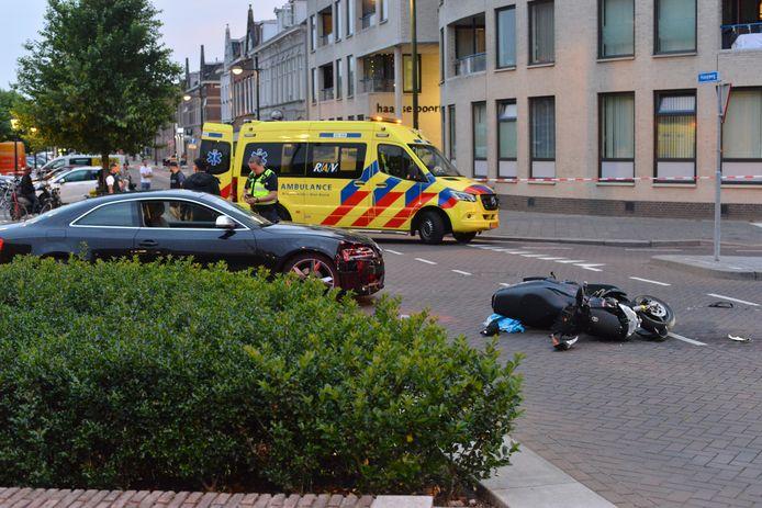 Een gewonde bij ongeluk tussen auto en scooter in Breda.