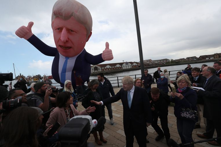Boris Johnson viert de overwinning in Hartlepool, waar een gigantische opblaaspop naar zijn beeltenis verscheen. Beeld AP