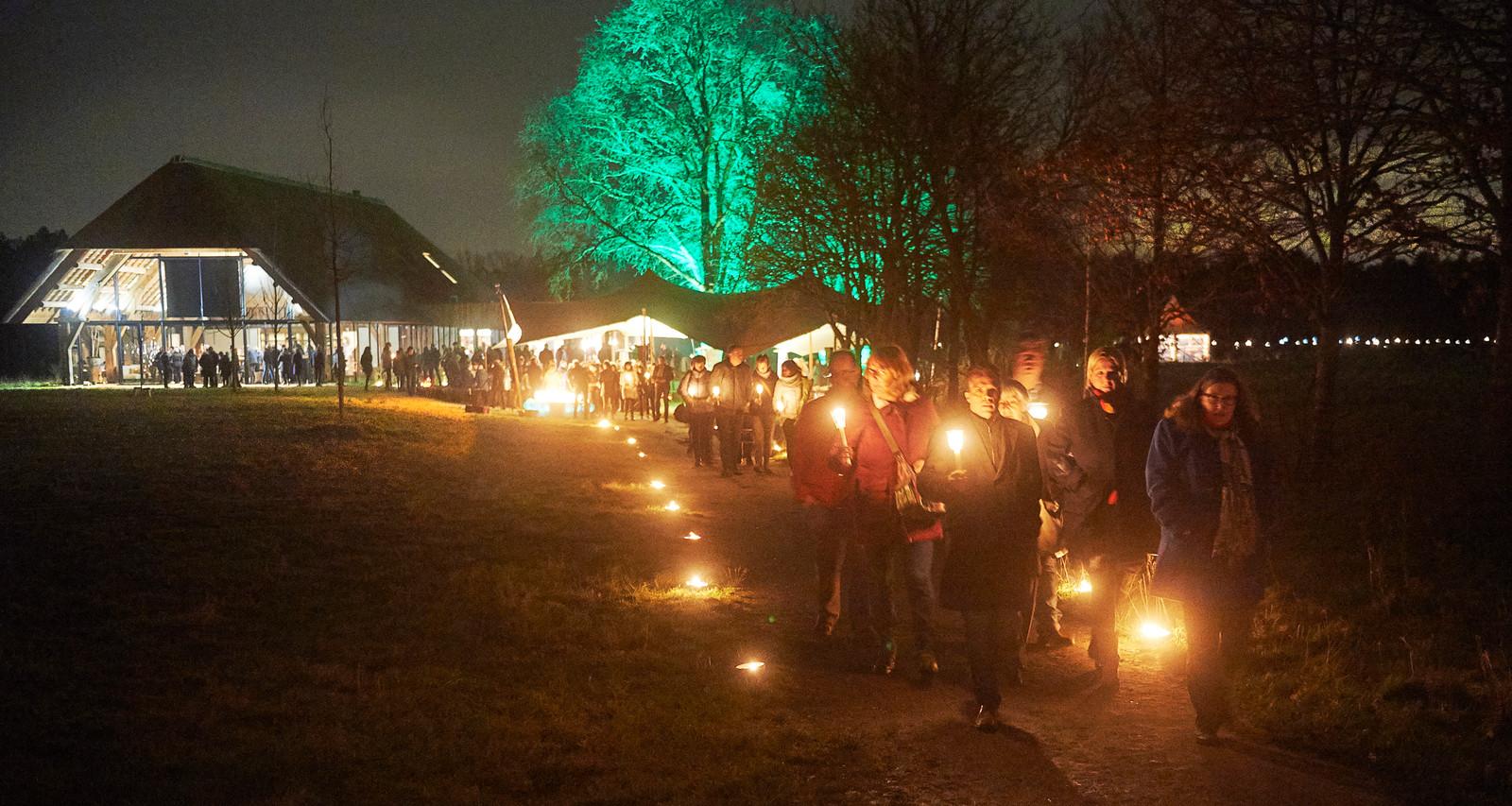 Lichtjes herdenkingsroute natuurbegraafplaats Maashorst te  Schaijk.