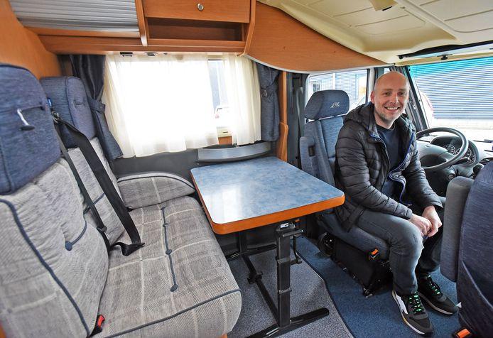 Chris van Royen verloor vanwege corona zijn baan als piloot. Nu verkoopt hij campers.
