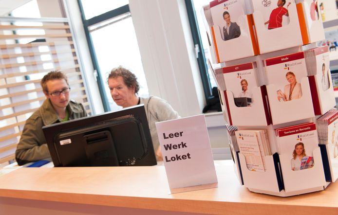 Een jongere informeert bij een medewerker van het Leerwerkloket op het UWV Werkplein in Den Haag.