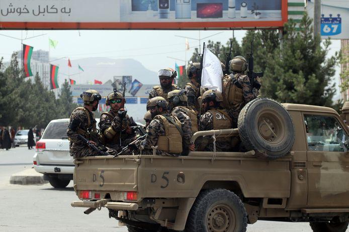 Talibanstrijders op een van de toegangswegen naar de luchthaven van Kaboel.