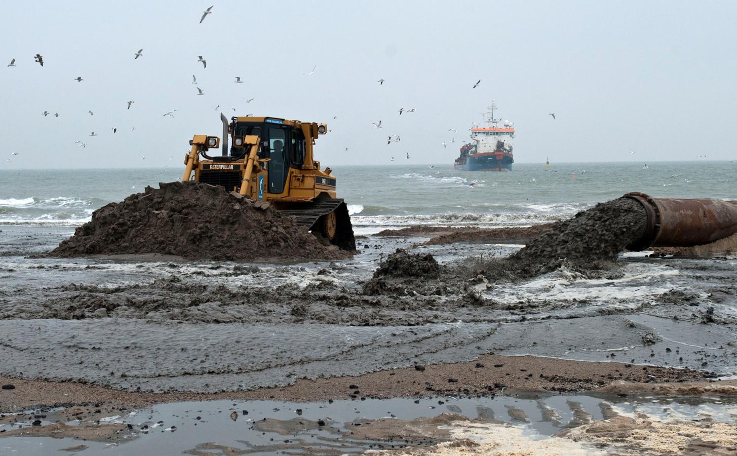 Het strand bij Ouddorp wordt de komende maanden opgespoten met ruim één miljoen kubieke meter zand. Hier tussen Renesse en Ellemeet werd eerder 600.000 kubieke meter aangevoerd om de kustlijn te versterken.