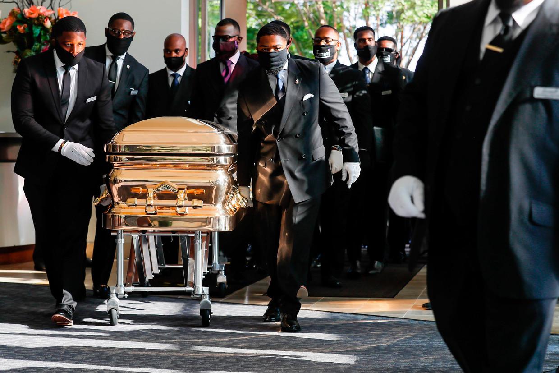 De goudkleurige kist met het lichaam van George Floyd arriveert bij de Fountain of the Praise-kerk in Houston. Beeld AFP