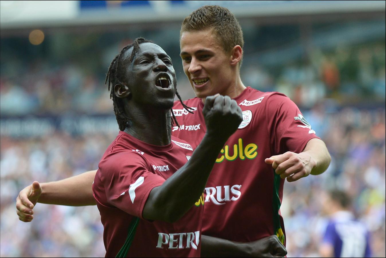 Mbaye Leye met Thorgan Hazard.