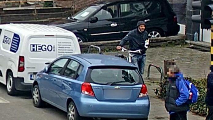 De politie van Antwerpen is op zoek naar een man die een 11-jarige jongen heeft aangerand in een leegstaand fabriekspand in de Tweemontstraat in Deurne. Het gaat om de man met de fiets aan de ene hand en een broodje in het andere.