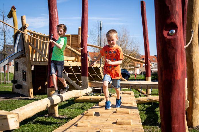 Kinderen amuseren zich op het nieuwe speelplein van de Melkhoek