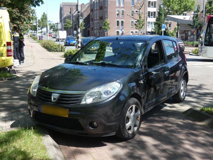De personenwagen kwam bij het Joris Ivensplein in Nijmegen in botsing met een stadsbus en liep forse schade op.