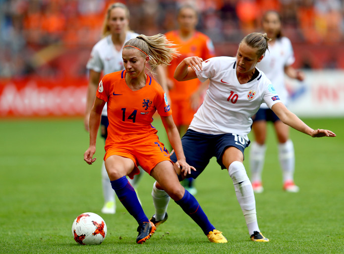 Jackie Groenen draait weg bij de Noorse middenvelder Caroline Graham Hansen.