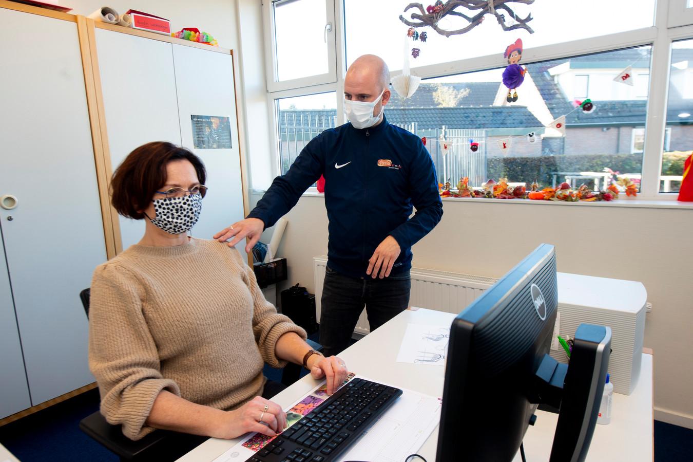 Niels Prins van Fysio-Ermelo Prins & Staal bezoekt werkplekken van mensen met lichamelijke klachten.
