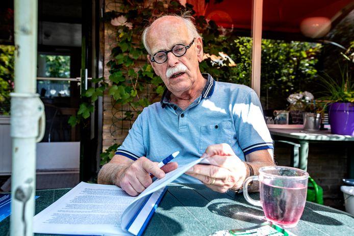 Deelnemer Dick Achtereekte bladert door een mapje waarin zijn brieven zitten.