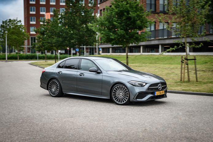 De nieuwe Mercedes-Benz C-klasse, in dit geval met de sportiever gelijnde neus van de AMG Line.