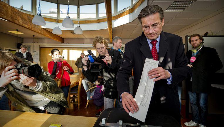 Verhagen stemt voor het oog van onder meer de PowNews camera in Voorburg. © anp Beeld null