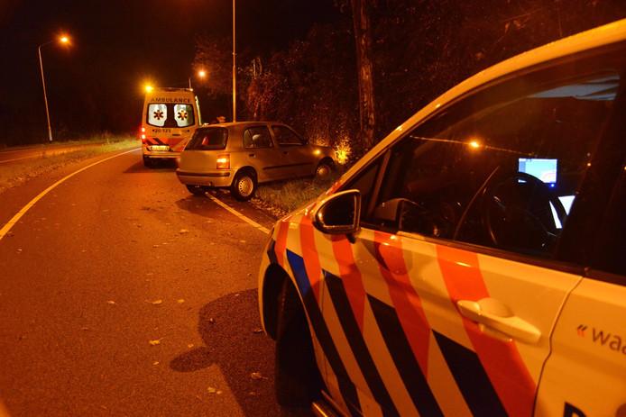 Auto botst tegen boom in Breda
