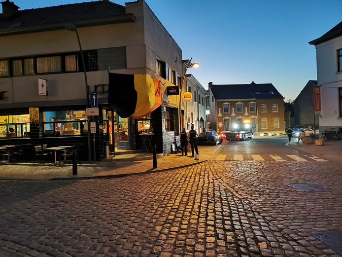 De bestuurder van een Porsche reed in op het terras van café 't Leeuwke in Sint-Pieters-Leeuw.