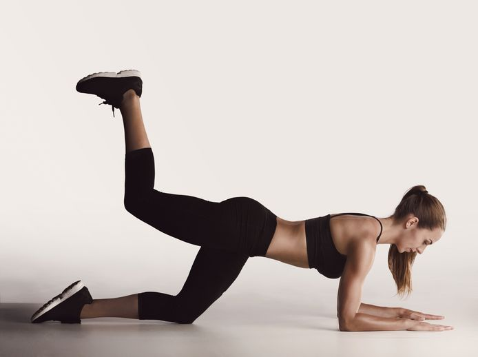 De 'donkey kick' is een heel effectieve oefening om je bilspieren te trainen.